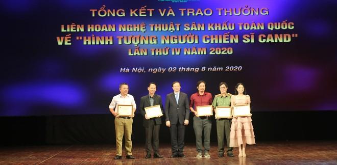 Thứ trưởng Bộ Văn hóa, Thể thao và Du lịch, đồng chí Tạ Quang Đông trao một số giải chuyên đề