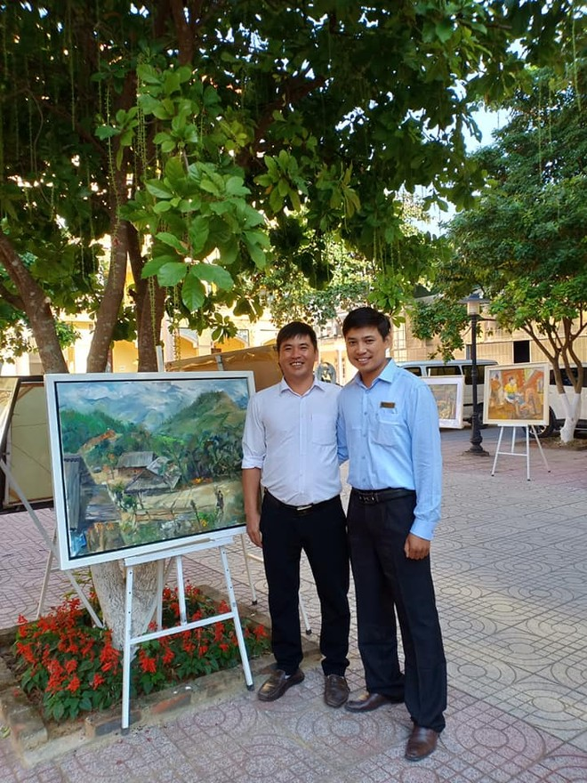 Họa sĩ Hồ Huy Hùng (bên phải)
