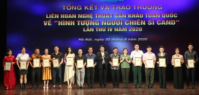 NSND Nguyễn Quang Vinh, Quyền Cục trưởng Cục Nghệ thuật Biểu diễn; Trung tá, NSND Nguyễn Thị Thúy Hiền, Giám đốc Nhà hát CAND trao giải Bạc cho các nghệ sĩ