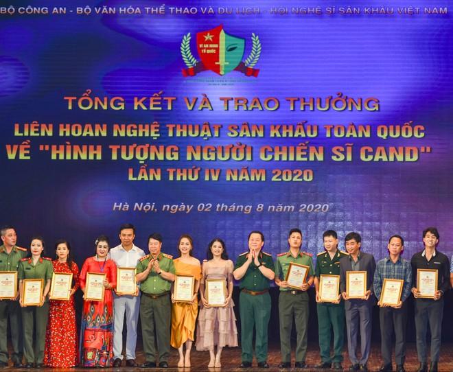 BTC trao giải cho các nghệ sĩ đoạt HCV