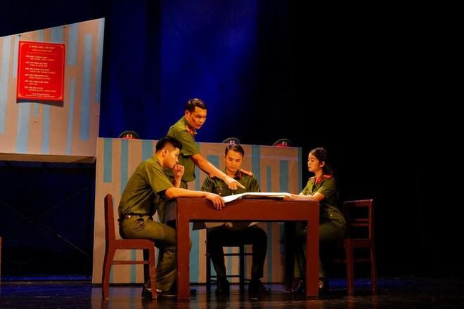 """Một cảnh diễn trong vở """"Bộ cảnh phục"""" do đạo diễn Sĩ Tiến (Nhà hát Tuổi trẻ) dàn dựng"""
