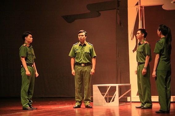 """Một cảnh trong vở diễn """"Tái sinh"""" của Trường Đại học Sân khấu-Điện ảnh Hà Nội"""