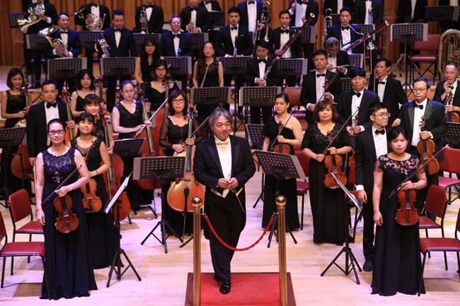 Các nghệ sĩ của Dàn nhạc Giao hưởng Việt Nam dưới sự chỉ huy của nhạc trưởng Tetsuji Honna