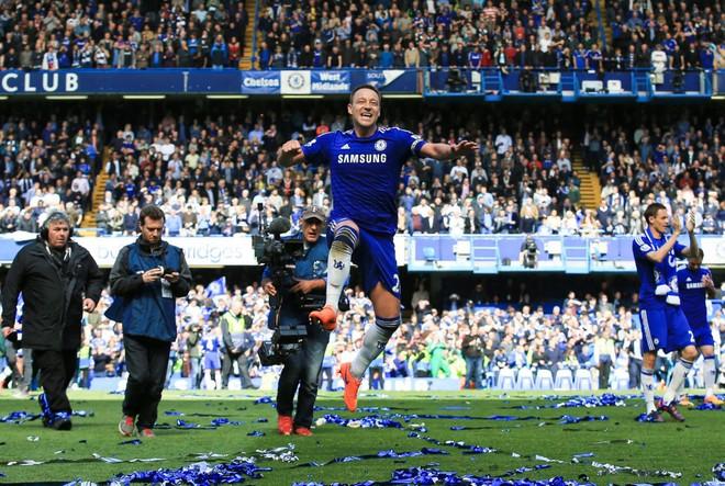 """Chelsea tưng bừng """"quậy phá"""", ăn mừng chức vô địch ảnh 2"""
