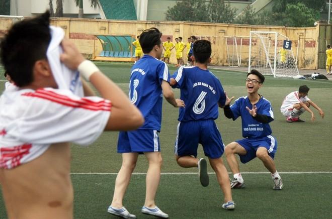 Kết quả, hình ảnh thi đấu ngày 15-11 giải bóng đá học sinh THPT Hà Nội 2015 ảnh 2