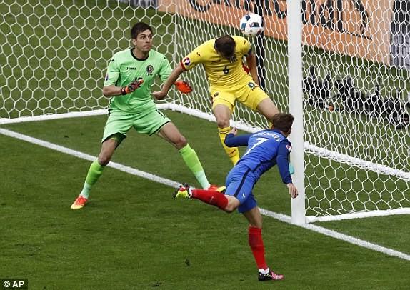Griezmann (áo xanh) giúp Pháp trả lời với pha đánh đầu trúng cột dọc bật ra