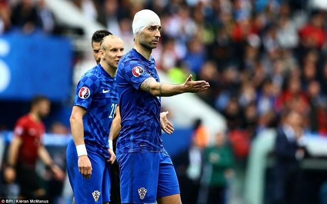 Sốc với hình ảnh hậu vệ Croatia mặt be bét máu sau va chạm