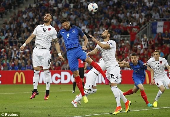 Giroud (áo xanh) trong một pha không chiến bất thành