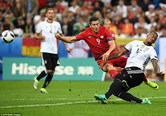 Lewandowski của Ba Lan (áo đỏ) trong một pha uy hiếp khunh thành Đức