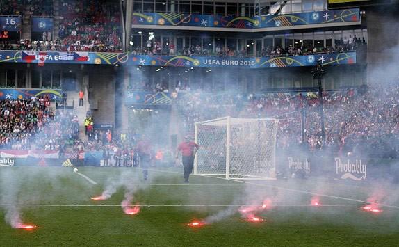 CĐV Croatia ẩu đả, ném pháo sáng xuống sân