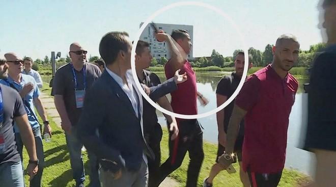 Hé lộ nguyên nhân Ronaldo ném micro xuống hồ