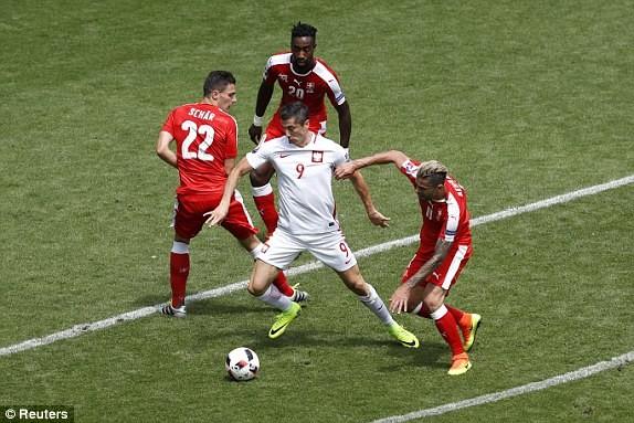Lewandowski (áo trắng) trong vòng vây của Thụy Sĩ