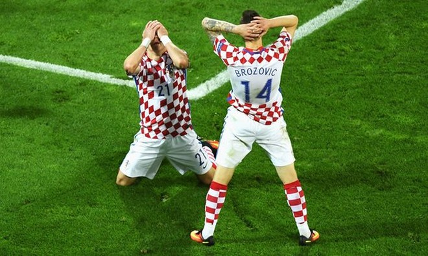 ... còn các cầu thủ Croatia thì sụp đổ