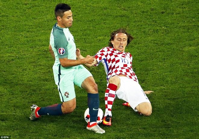 Modric (phải) đã chơi rất cố gắng ở trận này, dù anh vừa trải qua một ca chấn thương nhẹ