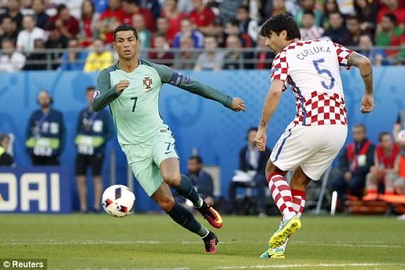 Ronaldo (trái) mờ nhạt vì chấp nhận theo lối chơi chung của Bồ Đào Nha