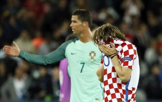 Trong nỗi đau của Modric, là cái thở phào của Ronaldo