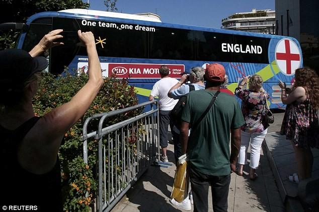 Không nhiều người hâm mộ ra tiễn ĐT Anh về nước