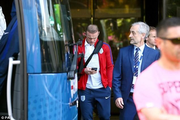 Rooney chỉ chăm chăm nhìn vào điện thoại