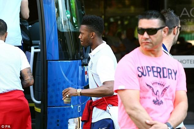 ... và Sturridge chẳng nói chẳng rằng bước lên xe buýt của đội tuyển Anh
