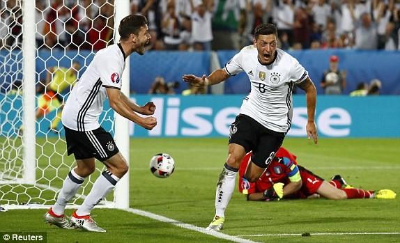 Ozil ăn mừng sau khi mở tỉ số cho Đức