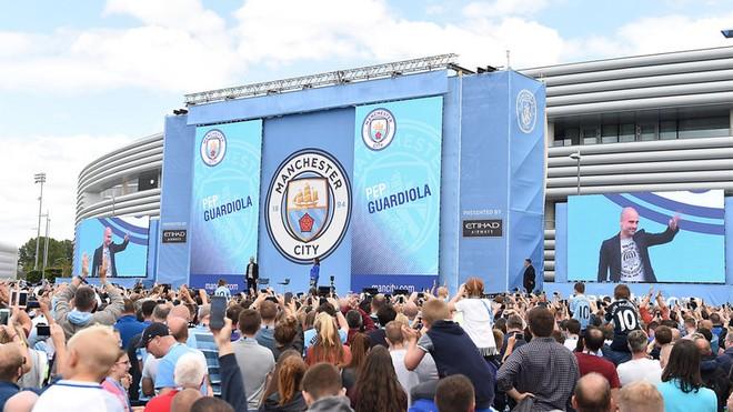Pep Guardiola hoành tráng ra mắt CĐV Man City ảnh 4