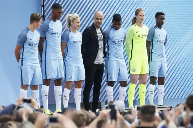 Pep Guardiola hoành tráng ra mắt CĐV Man City ảnh 7