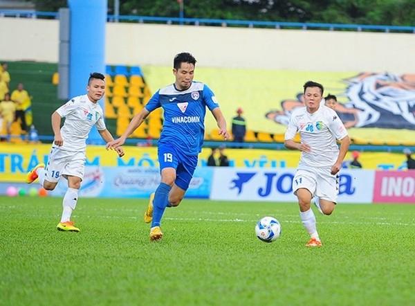 Hà Nội T&T (áo trắng) có chiến thắng quan trọng trên sân Than Quảng Ninh