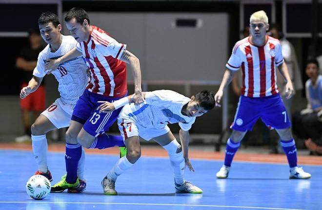 Các cầu thủ Việt Nam (áo trắng) thua tâm phục trước Paraguay