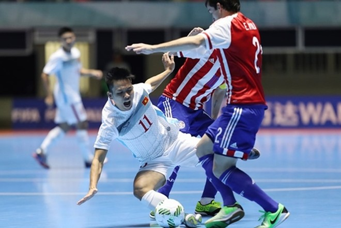 Tuyển futsal Việt Nam (áo trắng) đã không thể làm nên bất ngờ trước Paraguay