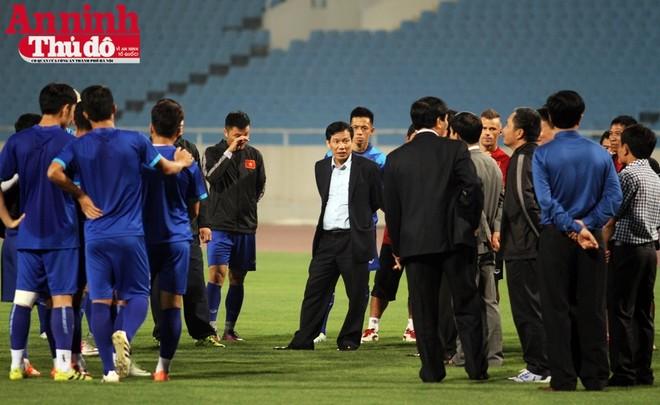 Bộ trưởng Bộ VH-TT&DL Nguyễn Ngọc Thiện tới thăm và động viên thầy trò HLV Hữu Thắng trước trận đấu quan trọng