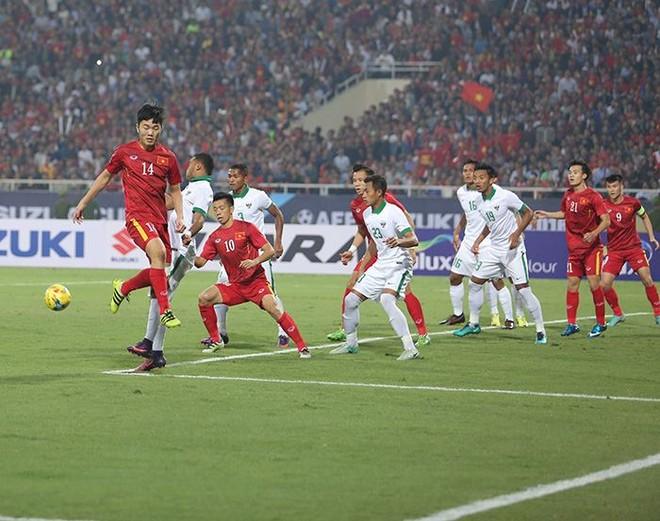 ĐT Việt Nam (áo đỏ) liên tục gây sức ép lên khung thành Indonesia từ lúc nhập cuộc