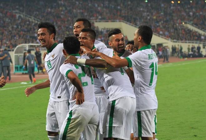 """Indonesia ăn mừng bàn thắng """"từ trên trời rơi xuống"""" sau sai lầm của hàng thủ chủ nhà"""