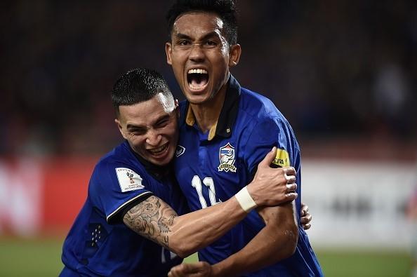 Dangda (phải) giúp Thái Lan vươn lên trong hiệp 1...
