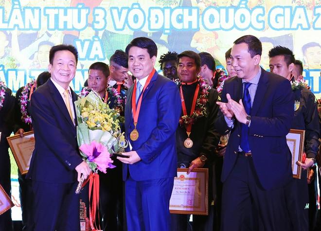Đồng chí Nguyễn Đức Chung - Chủ tịch UBND TP Hà Nội chúc mừng những thành tích mà CLB Hà Nội T&T giành được trong 10 năm qua