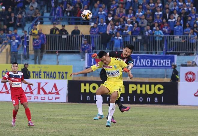 Chủ nhà Hà Nội FC (áo vàng) đã chơi đầy nỗ lực...