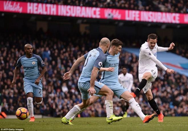 Swansea (áo trắng) gây ra rất nhiều khó khăn cho Man City