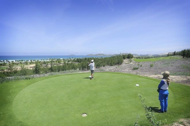 Đây là sân golf nằm ở vị trị có tầm nhìn rộng lớn hướng ra biển trong một dự án quy mô, đẳng cấp thế giới mà tập đoàn FLC là chủ đầu tư