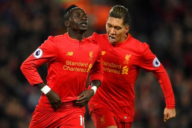 Nhiều CĐV Liverpool ước giá như Mane (trái) không phải về dự CAN 2017, Liverpool lúc này đã khác