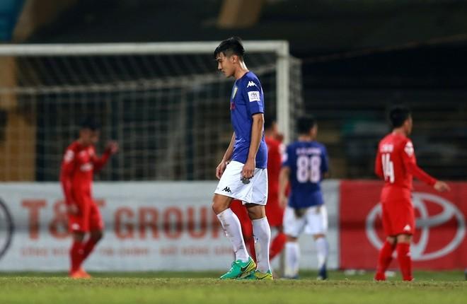 Không thể ghi bàn, Hà Nội FC chấp nhận để B.Bình Dương chia điểm sau trận hòa 0-0. Lúc này, nhà ĐKVĐ V-League đang tạm xếp thứ 3 với 12 điểm, kém đội đầu bảng FLC Thanh Hóa 3 điểm