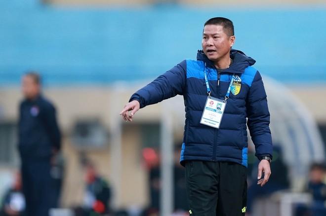 HLV Chu Đình Nghiêm của đội chủ nhà sốt ruột bên ngoài sân