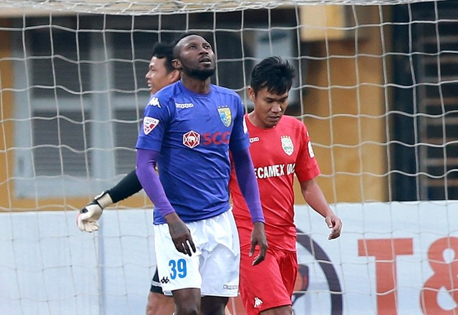 """Vừa trở lại sau án treo giò, tiền đạo Samson cũng không giúp được gì nhiều cho Hà Nội FC khi """"tịt ngòi"""" ở trận đấu quan trọng này"""
