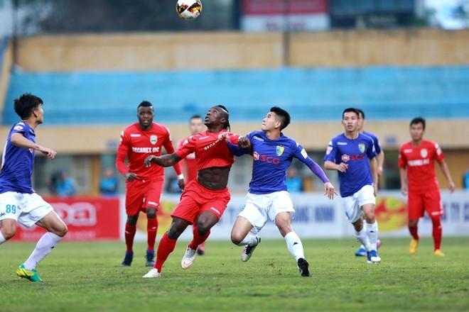 Trận đấu giữa nhà ĐKVĐ và nhà cựu vô địch V-League diễn ra khá hấp dẫn từ những phút đầu tiên, với nhiều tình huống thú vị