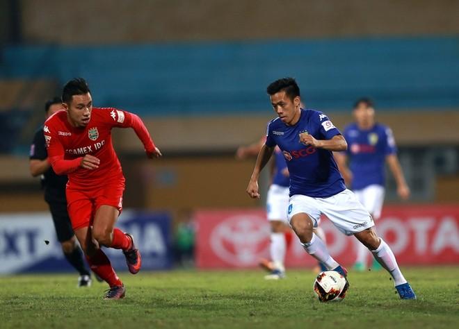 Văn Quyết (phải), niềm hy vọng lớn của Hà Nội FC trong trận này chơi nỗ lực, nhưng không thể mang lại sự khác biệt