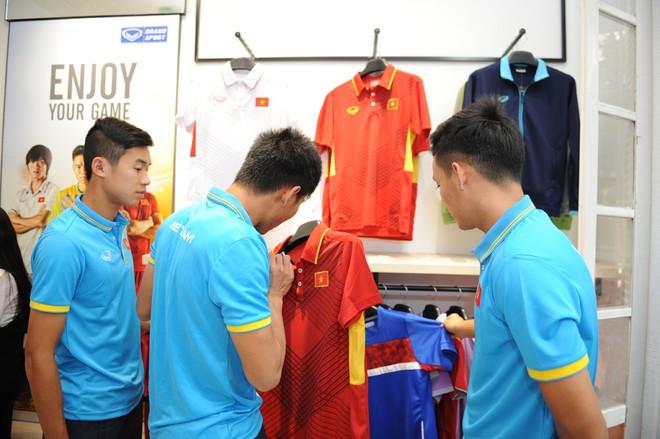 Các tuyển thủ Việt Nam thích thú với mẫu áo thi đấu hoàn toàn mới của Grand Sport