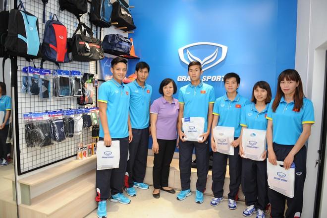 Các tuyển thủ nam và nữ quốc gia hài lòng với mẫu áo thi đấu mới