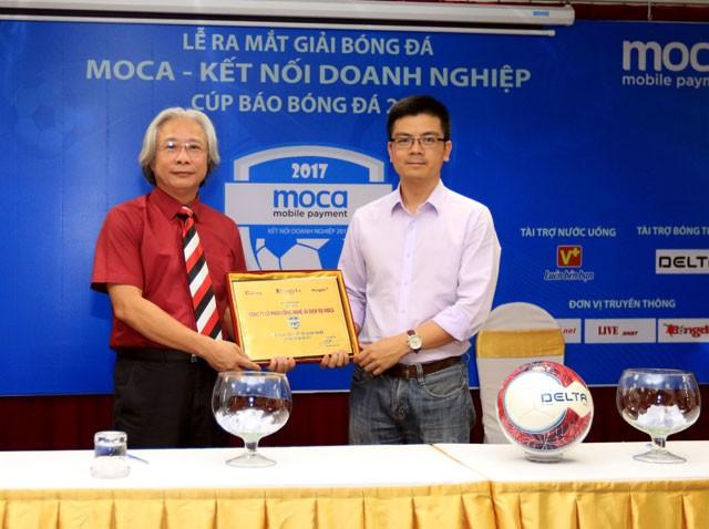 Ông Nguyễn Văn Phú, TBT báo Bóng Đá, Trưởng BTC giải trao bảng danh vị nhà tài trợ chính cho ông Trần Thanh Nam, Giám đốc Công ty CP Công nghệ và Dịch vụ Moca