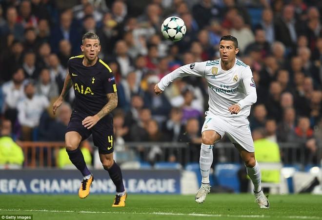 Ronaldo lại cứu Real trên chấm 11m