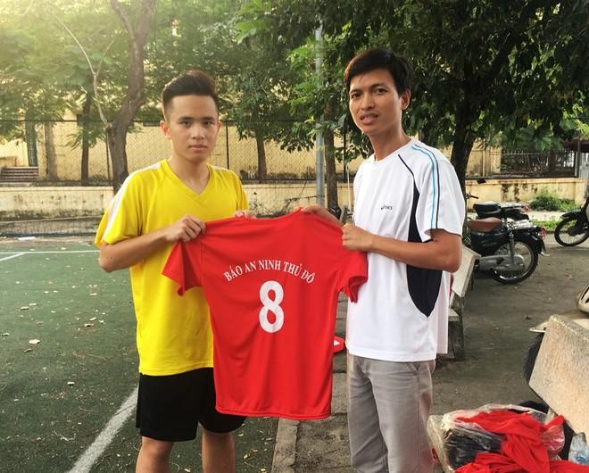 HLV trưởng Phạm Sỹ Huy (phải) của THPT Chu Văn An
