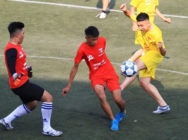 Trận THPT Huỳnh Thúc Kháng (áo vàng) đại thắng tới 6-0