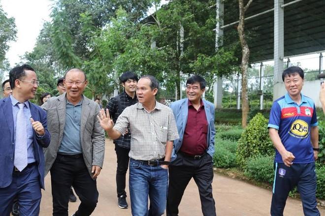 Ông Park Hang-seo (thứ hai từ trái qua) trong chuyến thăm HAGL gần đây